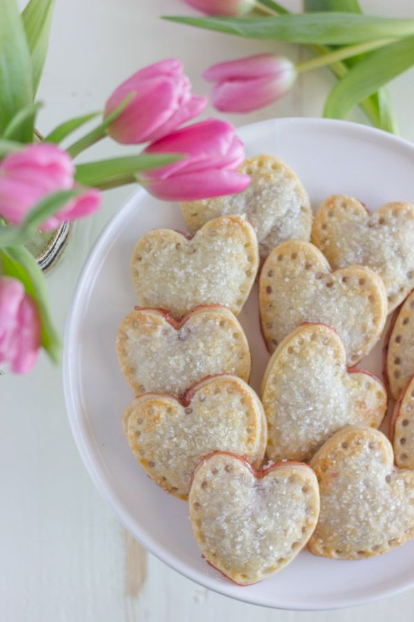 Strawberry Pie Herzen - Herz geformte Hand Kuchen gefüllt mit Erdbeermarmelade und bestreut mit funkelnden Zucker!