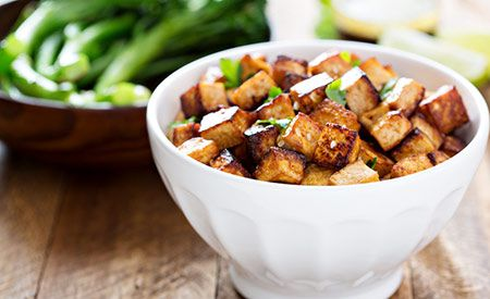 Tofu ist ein kalorienarmer und geschmacksneutraler Soja-Quark. Aufgrund seiner porösen Struktur nimmt er jedoch andere Geschmacksrichtungen leicht auf. Daher sollte Tofu vor der Zubereitung möglichst in einer pikanten Würze mariniert werden. (Zentrum der Gesundheit) © Elena Veselova - Shutterstock.com (Abb. Ähnlich) #tofu #rezept #rezepte #vegan #gegrillt #grillrezept #gesundheit