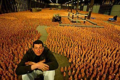 """""""Wyróżnić się z tłumu ... Brytyjski artysta Antony Gormley siedzi wśród 180 tysięcy figurek, które stworzył na Asian Field i część Sydney Biennale."""" Zdjęcie: Ben Rushton Antony Gormley urodził się w Londynie w 1950 roku. Jest powszechnie ceniony za swoje rzeźby , instalacje i prace publiczne, które badają zależność ludzkiego ciała i przestrzeni kosmicznej ."""