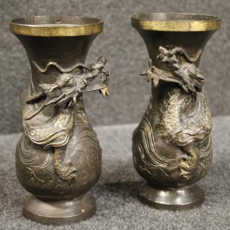 350€ Pair of French chinoiserie vases in metal. Visit our website www.parino.it #antiques #antiquariato #furniture #collectibles #vases #antiquities #antiquario #gold #metal #decorative #interiordesign #homedecoration #antiqueshop #antiquestore