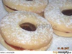 Jemňoučké koláčky - nejen na vánoce 20 dkg solamylu, 1 vanil pudink prášek, 20 dkg hl. mouky, 20 dkg tuku, 15 dkg prášk cukru, 1/2 balíčku kypř. prášku, 1 žloutek, asi 3 PL zakys smetany, citr. kůra (nemusí) marmeláda na slepení, můžeme polívat čokoládou Promícháme sypké suroviny. přidáme povolené máslo, žloutek a smetanu a vypracujeme těsto. Necháme odležet do druhého dne v lednici. Těsto se musí podsypat, ale jinak se s ním dělá hezky. Vykrajujeme tvary dle libosti. Koláčky jsou křehoučké
