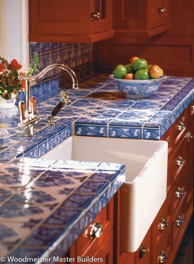 Woodmeister – Kitchen 67 – Paint it red – eine Küche, die einen Lippenstift mit benutzerdefinierten blauen Delfterziegeln abdeckt. – marie rose quiles