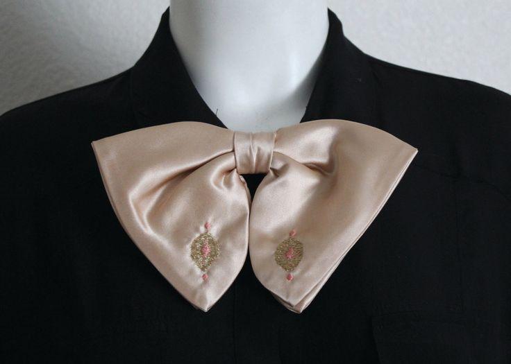 Vintage jaren 1950 roze zijde satijn, geborduurde strikje. Mooie, handgemaakte vorm met Ormond clip. Uitstekende conditie.  Maatregelen: 7,25