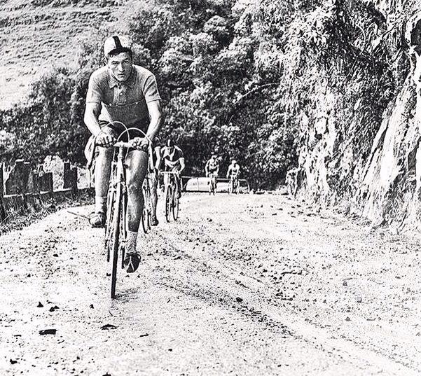 Ramón Hoyos Vallejo  en plena acción por las carretera del país en una Vuelta a Colombia.