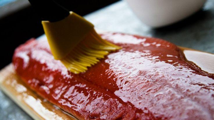 Salmone glassato con miele e whiskey, come fare il salmone perfetto! Ricetta: http://winedharma.com/it/dharmag/luglio-2014/salmone-glassato-con-miele-e-whiskey-forno-o-barbecue