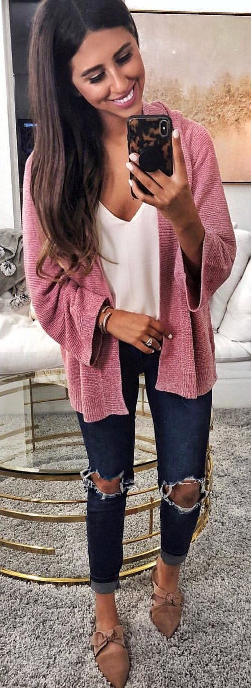 #winter #outfits pink long-sleeved cardigan and distressed bluue jeans. Pic by @dressupbuttercup.