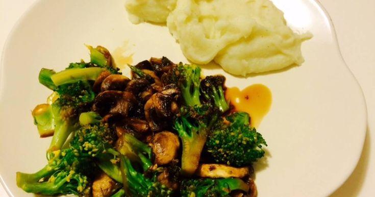 Fabulosa receta para Brócoli y champiñones salteados, acompañados de puré de patatas. Cena sencilla de brócoli salteado con champiñones y salsa de soja muy rica, además de ser un plato saludable y con vitaminas.