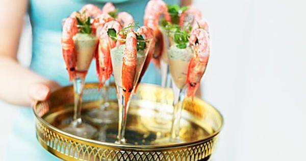 Servera räkor i snapsglas som en festlig förrätt. Här hittar du recept på två goda dipsåser till färska räkor.