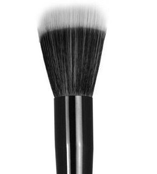 Si no quieres invertir en un arsenal de brochas y tienes que escoger una te recomendamos el Stipple Brush. Ayuda a difuminar la base líquida o en crema dejando el mismo acabado del airbrush. El secreto es no presionar demasiado sobre tu piel. Tu piel lucira uniforme y luminosa. Pruebala!