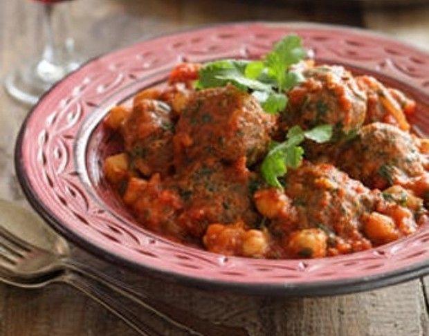 Dit recept beschrijft hoe je gehaktballetjes in tomatensaus met kikkererwten maakt.