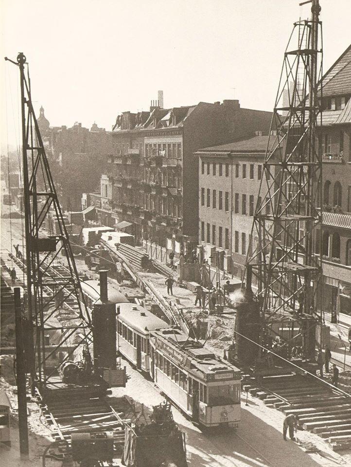 """U-Bahn-Bau anno 1957 in der Berliner Straße in Tegel. Frank-Max Polzin schreibt uns: """"Trotz Baumaßnahmen fuhren die Straßenbahnen weiter. 1958 wurde die Verlängerung der U6 vom Kurt-Schumacher-Platz nach Tegel vom damaligen Regierenden Bürgermeister..."""