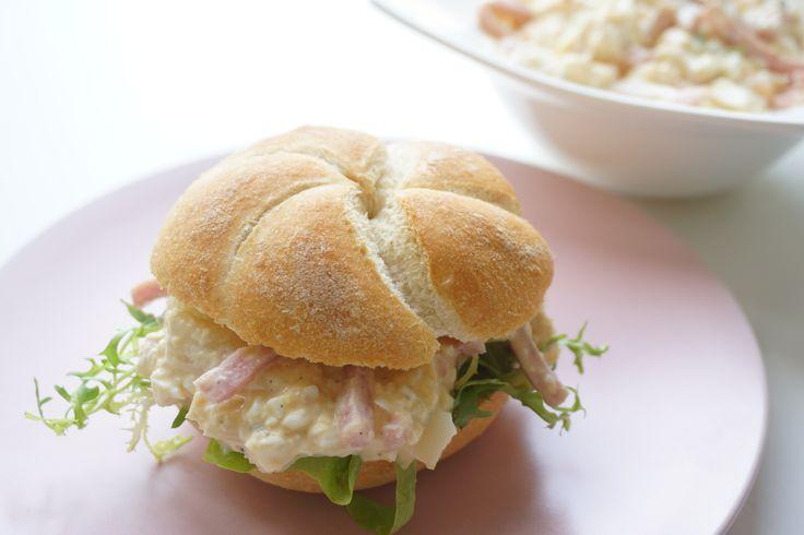Het is nog even asperge tijd en dus kunnen we nog genieten van een heerlijk asperge recept. Dit keer geen warme bereiding maar een romige salade voor op je broodje. Wij hebben de bekende combinatie van asperges, ei en ham met een beetje mayonaise en kruiden gemengd. Lekker fris, romig en vol van smaak. Heerlijk...
