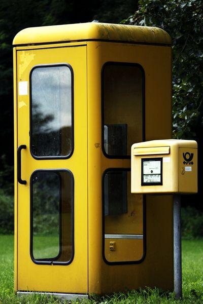 Telefonzelle:  Weil heute jeder seine eigene Telefonzelle in der Hosentasche… – Susanne Meyer