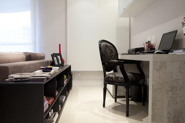 Atrás do sofá do apartamento de 70m², a designer de interiores Marisa Garcia dispôs uma pequena estante para organizar livros e catálogos. O material fica ao lado do escritório integrado. Telefone: (0xx11) 4368-3894 Foto: Divulgação