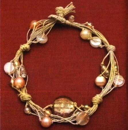 14 metri circa di spago, 1 perla tonda centrale, 2 perle ovali, 4 o 5 perle madreperlate, 4 o 5 perle tonde piccole ed una dozzina di perle trasparenti - tutorial