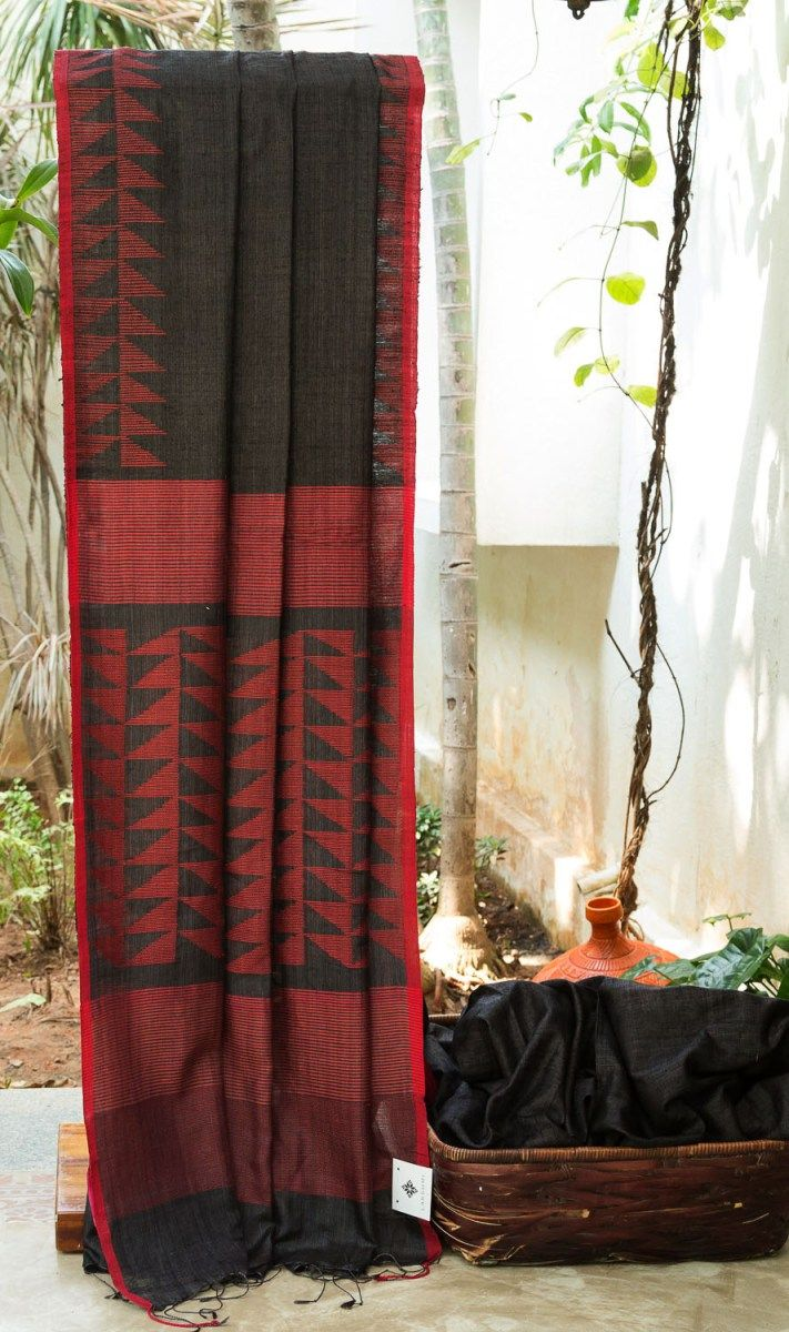 FETCHING BLACK BAILOU MATKA SILK HAS MAROON JAMDANI BORDER AND INTO THE PALLU GIVING THE SAREE SMOOTH FINISHING. THE RED SELVEDGE UPLIFTS THE LOOK OF SAREE.