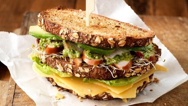 lakjes. Beleg de met mosterd besmeerde boterhammen met kaas en sla. Dek af met een boterham en beleg deze met kipfilet, alfalfa, avocado en pesto. Sluit...