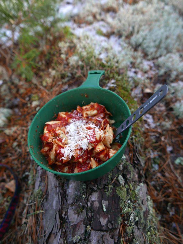 Enkelt recept som är lätt att laga över ett trangiakök när du är i skogen, på fjällvandring eller har ont om tid när du ska laga vardagsmat. Gott och mättande!
