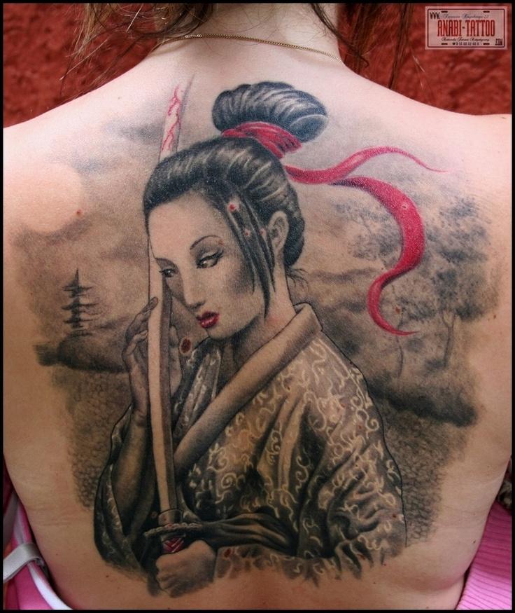 Geisha com katana e fita vermelha