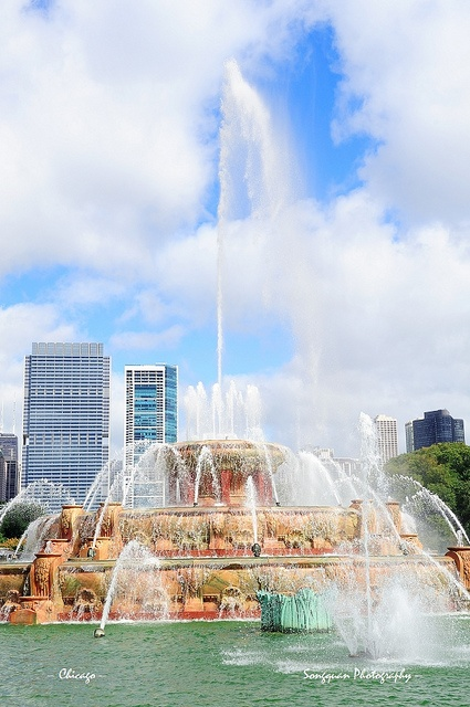 Chicago skyline with Buckingham fountain by Songquan Deng, via Flickr