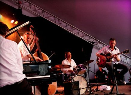 Artiestenbureau Joost Zoeteman is het juiste adres voor muziek op uw bruiloft, receptie, bedrijfsfeest, of trouwen.