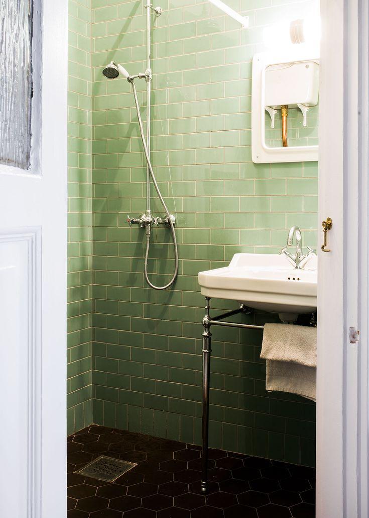 Litet badrum med grönt kakel - Inspiration: Byggfabriken – modern byggnadsvård