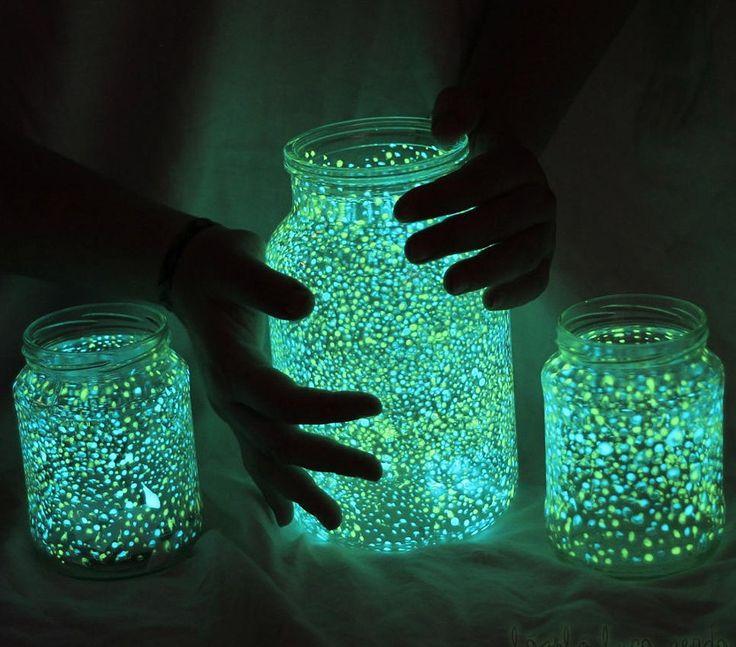 メイソンジャーに蓄光ペイントを塗りつけ、照明をDIY!キャンプの就寝時や、お子さんの寝かしつけにも使えそうな遊び心あるDIYアイデアです。材料・メイソンジャーなどの瓶・蓄光ペイント(...