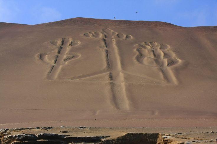 43/ PARACAS, côte sud Pérou, -800/200. La civilisation de Paracas est une civilisation précolombienne, située sur la presqu'île de Paracas, au Pérou. Elle a connu son apogée entre - 600 et - 400.  Cette civilisation pratiquait le tissage (laine et coton) ainsi que la poterie. Elle pratiquait également une déformation crânienne par allongement dans un but esthétique, ainsi que la trépanation rituelle. Après l'an 200, la civilisation de Paracas se fond dans celle de Nazca.