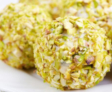 Palline di Natale colorate, luccicanti, piccole, grandi, illuminate...Ecco per voi palline di formaggio aromatico con granella di frutta secca.