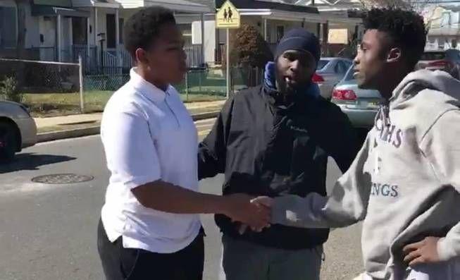 Vídeo: Vídeo: un hombre detiene una pelea callejera de adolescentes con un inspirador discurso. Noticias de Alma, Corazón, Vida