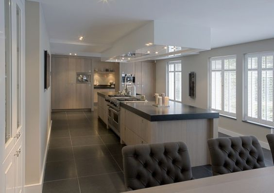 a great kitchen in the middle with angeles rooms to both side .... one dining and one lounging ... would be a delightful flow