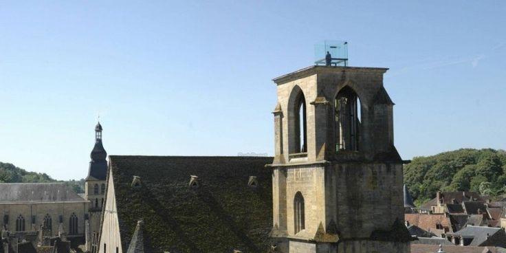 Ascenseur-belvédère Eglise Sainte-Marie de Sarlat (24) - Ancienne église réhabilitée par Jean Nouvel. Le clocher accueille désormais un ascenseur de verre donnant une vue panoramique sur les toits de Sarlat. On aime: la visite guidée faite par des guides sarladais. On aime moins: le prix de 5€ par pers. pour 10 min en hauteur...
