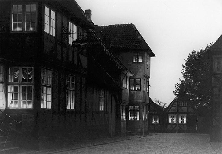 Levende lys i vinduerne i Holkegade i Fåborg d. 4. maj 1945 om aftenen (ukendt) Frihedsmuseets Billedarkiv http://erez.natmus.dk/FHMbilleder/Site/index.jsp