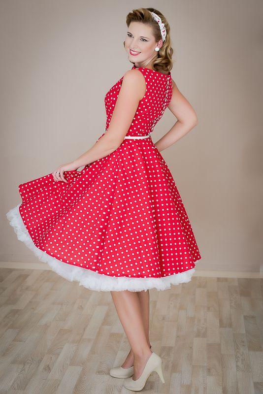 SUSAN červené s puntíkem lodičkový výstřih knoflíčky na zadní straně kolová sukně pásek s ozdobnou sponou délka sukně 60cm, zip na boku skladem velikost 40 Klasické červené retro šaty s bílým puntíkem jsou inspirované módou 50. let. Šaty se hodí na méně významné společenské události. Šaty mají širokou bohatou kolovou sukni a rovný lodičkový výstřih. Díky ...