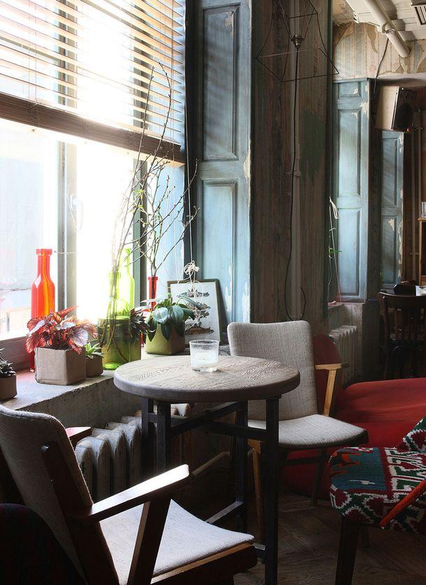 """За ретроатмосферу на втором этаже """"Уголька"""" отвечают мебель и аксессуары, найденные на блошиных рынках Франции – это и столы из французского бистро, и разномастные стулья, и смешные картинки на стенах. В ресторане даже есть коллекция антикварных сифонов 1960-х годов. Photo _M9V5133.jpg"""