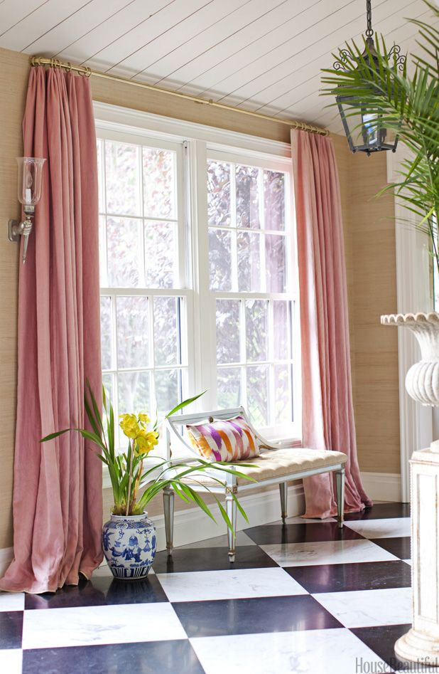 Beautiful entryway or corridor. Love this shade of pink against the grasscloth!