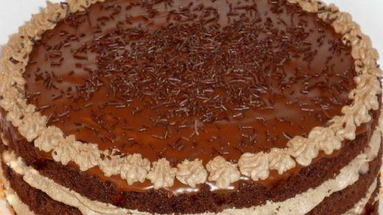 Blíži sa vám rodinná oslava narodenín alebo si chcete len tak niečo dobré upiecť doma? Vyskúšajte túto čokoládovú tortu. Zaberie síce viac času...
