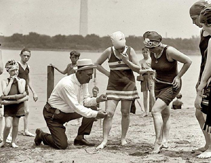 После Первой мировой войны за длиной купальников следили ...