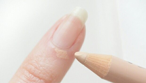 The beige pencil is very useful especially to camouflage skin around the nails torn/Le crayon beige est très utile notamment pour camoufler les peaux arrachées autour des ongles.