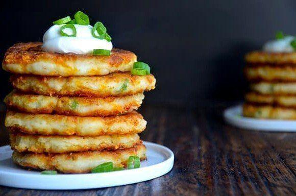 Оладьи из картофельного пюре.   Отличный рецепт приготовления оладьев из картофельного пюре, зелени и сыра Чеддер.   Ингредиенты  300 гр. картофель (готовое пюре)  150 гр. сыр (Чеддер)  4 перышка зеленый лук  1 шт. куриное яйцо  1/2 стакана мука (пшеничная)  по вкусу растительное масло  по вкусу перец (чёрный молотый)  по вкусу соль  Инструкции  1. Сыр натираем на крупной терке, зеленый лук мелко нарезаем.  2. В большую миску выкладываем картофельное пюре, яйцо, 3 столовых ложки муки и…