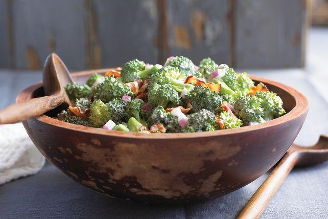 Les bouquets de brocoli, le bacon émietté cuit et l'oignon rouge arrosés d'une vinaigrette crémeuse rendent cette salade de légumes exceptionnelle.