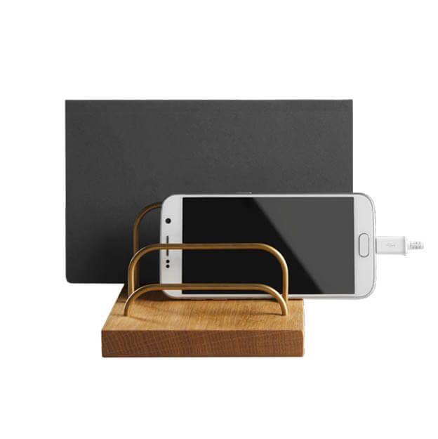 Een elegante houder voor je iPad en telefoon. Geïnspireerd door de jaren 60 is de BRASS-DOCK een moderne interpretatie van de klassieke brievenhouder.    #dotaarhus #homeoffice #telefoonhouder #tablethouder #ipadhouder #eikenhout #messing #byjensen