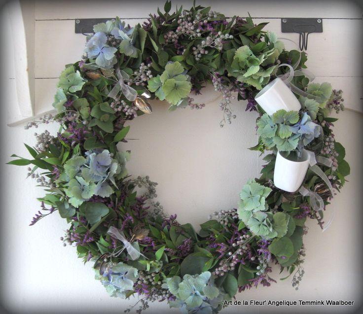 Gemaakt bij 'Art de la Fleur' De keukenkrans met mos , groen , peperbes , hortensia en statise. Super mooi afgewerkt met linten en kleine kopjes. Deze is gemaakt door Martha !