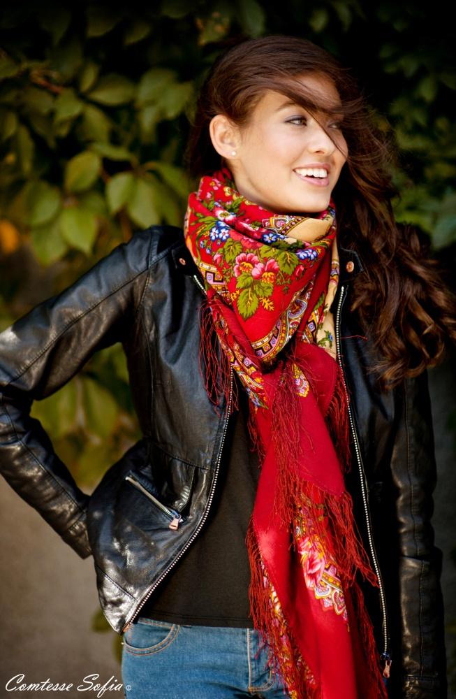 Red shawl, red scarf; Châle rouge, foulard rouge https://www.etsy.com/listing/120448999/foulard-rouge-en-laine-russe-finition-en