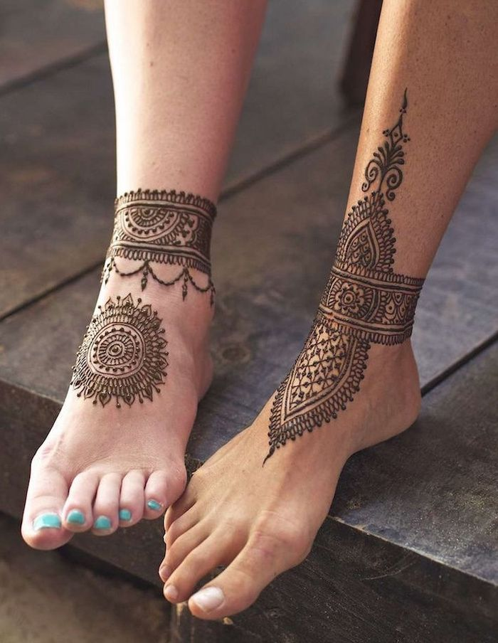 Couples Idea For Cute Henna Feet Tattoos Mandala And Ankle Bracelet Effect Tattoo On A Woman S Foot With Turquois In 2020 Henna Leg Tattoo Henna Tattoo Foot Foot Henna