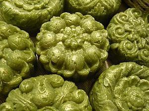 Новинка - 'Лесная нимфа' Зимнее, хвойное, ароматное, антибактериальное, витаминное, увлажняющее ))) А еще оно красивого зеленого цвета, настоящего, хвойного!!! Столько всего полезного в составе, это что-то!!! Начнем с того, что сварено мыло на концентрированном, крепчайшем отваре листьев эвкалипта и лавра, что придает мылу антибактериальные и бактерицидные свойства. В…
