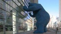 I See What You Mean, en Denver, Colorado, Estados Unidos  El Centro de Convenciones de Colorado en Denver recibe una oleada de aplausos por todas las obras de arte públicas que lo rodean. La más destacada es I See What You Mean de Lawrence Argent, un oso azul de 12 metros de alto hecho de polímero y cemento, y que tiene el hocico y las garras pegadas al vidrio, como intentando mirar hacia adentro.