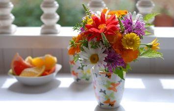 Jak pomóc kwiatom w wazonie zachować urodę?