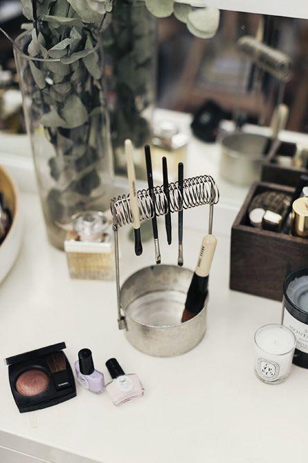 Aunque aquí aparezca para pinceles de maquillaje, no deja de ser útil para los de pintura al óleo, acrílica, etc. No se deforman al secar y quedan limpios