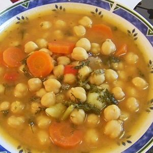 El potaje de garbanzos es una delicia. A mí me gusta mucho la receta con carne (ternera, cerdo, tocino, pollo y chorizo), que permitirá elaborar un segundo plato tradicionalmente andaluz: 'la pringá'.
